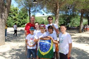 L'équipe guzarguoise avec Jean-Claude Gaud conseiller municipal et accompagnateur et Dorian, l'animateur de Capoeira (atelier proposé par Guzargues)
